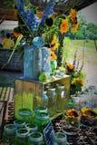 Blumenanordnung am Sonnenblumenfeld Lizenzfreies Stockfoto