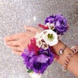 Blumenarmband auf der Hand des Mädchens Lizenzfreie Stockfotografie
