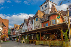 BLUMENAU, ΒΡΑΖΙΛΙΑ - 10 ΜΑΐΟΥ 2016: συμπαθητικό τοπικό εστιατόριο στη γωνία της οδού, γερμανικά σπίτια ύφους Στοκ Φωτογραφίες