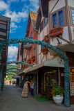 BLUMENAU, БРАЗИЛИЯ - 10-ОЕ МАЯ 2016: неопознанные женщины ждать вне магазина в малой улице в центре города Стоковые Фотографии RF