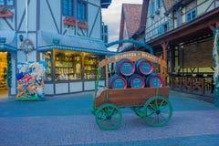 BLUMENAU, BRÉSIL - 10 MAI 2016 : le petit chariot antique avec quelques barils de bière là-dessus s'est garé devant quelques mais Photographie stock libre de droits