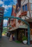 BLUMENAU, BRASIL - 10 DE MAIO DE 2016: mulheres não identificadas que esperam fora de uma loja em uma rua pequena no centro da ci Fotos de Stock Royalty Free