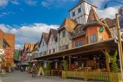 BLUMENAU, BRASILE - 10 MAGGIO 2016: ristorante locale piacevole nell'angolo della via, case tedesche di stile Fotografie Stock