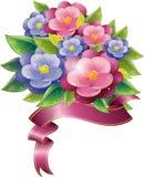 Blumenauslegung mit Veilchen und Farbband Stockfotos