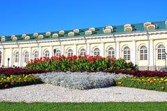 Blumenbeet vor russischem Landsitz Stockbilder