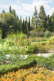 Blumenbeete und Rosenbeet im nikitsky botanischen Garten Lizenzfreie Stockbilder