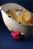 Blumenblätter des keramischen Tellers und der Blume Lizenzfreies Stockfoto