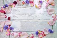 Blumenblätter und Blumen für Dekoration auf Tabelle Lizenzfreie Stockfotografie