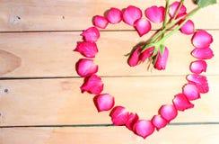 Blumenblätter von Rosen auf dem Tisch Lizenzfreies Stockfoto
