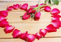 Blumenblätter von Rosen auf dem Tisch Stockfoto