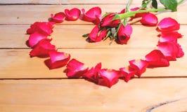 Blumenblätter von Rosen auf dem Tisch Lizenzfreies Stockbild