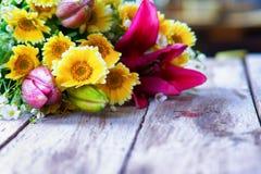 Blumenblumenstrauß auf einer Tabelle Stockfoto