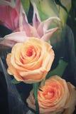 Blumenblumenstrauß der gelben Rosen für Valentinstag Lizenzfreie Stockfotos