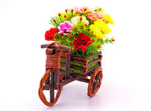 Blumenblumenstrauß im hölzernen Korb des Autos Stockbilder