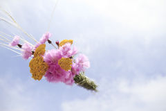 Blumenblumenstrauß im Himmel Lizenzfreies Stockfoto