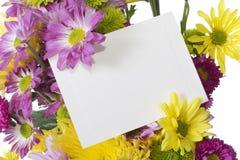 Blumenblumenstrauß mit Anmerkungskarte stockfotografie