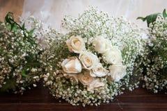 Blumenblumenstrauß mit drei Brautjungfern mit weißen Rosen Lizenzfreies Stockbild