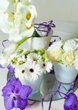 Blumenblumenstraußmischung purpurrot und weiß auf Tabelle Lizenzfreie Stockfotos