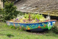 Blumenbootsblüte neben Kanal lizenzfreies stockfoto