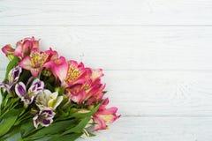 Blumendekor auf hölzernem Hintergrund Lizenzfreie Stockfotografie
