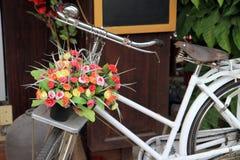Blumendekoration auf Fahrrad lizenzfreie stockfotografie