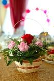 Blumendekoration auf Feiertagstabelle. Stockbild