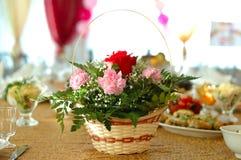 Blumendekoration auf Feiertagstabelle. lizenzfreie stockfotografie