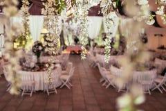 Blumendekoration auf Hochzeitsbankett mit Tabellen und Verpflegung Stockfotografie
