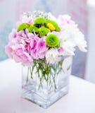 Blumendekoration auf Tabelle an einer Hochzeit Flache Schärfentiefe Stockfotografie