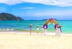 Blumendekoration an der Strandhochzeit Stockfotos