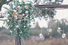 Blumendekoration der ursprünglichen Hochzeit in Form von MiniVasen Lizenzfreies Stockfoto