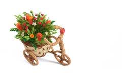 Blumendekoration in Form des Fahrradweißhintergrundes Stockfotografie