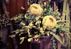 Blumendekoration mit weißen Rosen in der Weinleseart stockfotografie