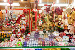 Blumendekorationen und traditionelle Geschenke für Verkauf Stockfotos
