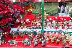 Blumendekorationen und traditionelle Geschenke am Weihnachtsmarkt Lizenzfreie Stockbilder