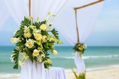 Blumeneinstellung auf dem Strand Stockfotografie