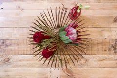 Blumeneinstellung, die einen Protea kennzeichnet Stockfotografie