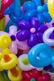 Blumenformen gemacht von farbigen Ballonen stockfoto
