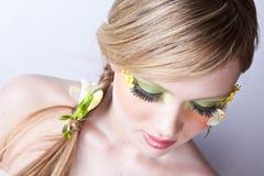 Blumenfrühlingsgesichts-Kunstportrait Stockfotografie