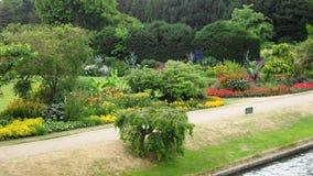 Blumengarten in der Universität von Cambridge Stockfotos