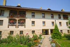 Blumengarten und traditionelles Kloster Lizenzfreies Stockfoto