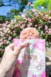 Blumengebäck ist ein traditioneller Snack von der Stadt von Yunnan, China Der Hauptbestandteil für Blumen-Kuchen sind Rosen Stockfotografie