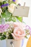 Blumengeschenk und braune Karte für Text Stockbild