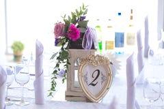 Blumengesteck in der Taschenlampe für Dekorationshochzeitstafel FO Stockfotografie