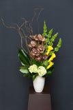 Blumengesteck mit Calla, Cymbidium, Hortensie, Orchideen moluccella Stockbilder