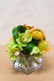 Blumengesteck mit Calla-Lilien, Cymbidium, Protea und Grün Stockfotos