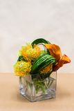 Blumengesteck mit Calla-Lilien, Cymbidium, Protea und Grün Lizenzfreie Stockfotos
