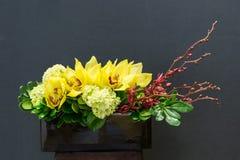 Blumengesteck mit Cymbidium, Hortensie, Orchidee im rectangul Lizenzfreie Stockfotos