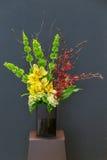 Blumengesteck mit Cymbidium, Hortensie, Orchidee und moluccel Lizenzfreies Stockbild
