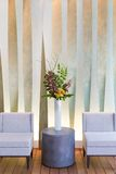 Blumengesteck mit Cymbidium, Hortensie, Orchideen, moluccella Stockbild